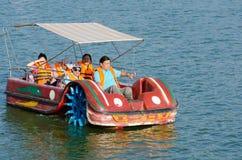 在Xuan Huong湖,大叻,越南的行 库存图片