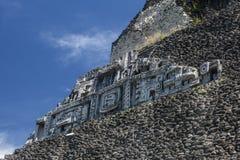 在Xunantunich寺庙的玛雅石制品 库存图片