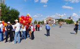 在XXII西伯利亚国际马拉松终点线,鄂木斯克,俄罗斯的爱好者 06 08 2011年 免版税库存照片