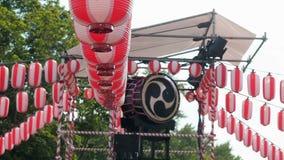 在Yaguro的阶段的日本鼓Taiko 纸红白的灯笼Chochin风景为假日Obon 影视素材
