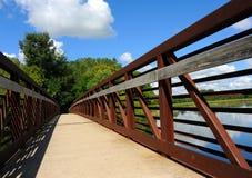在Yahara河和堤道的桥梁 免版税库存图片