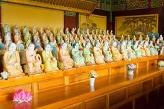 1000在Yakcheonsa寺庙,济州海岛的菩萨雕象 免版税库存照片