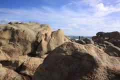 在Yallingup海滩西澳州附近的巨大的岩石 库存照片