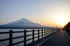 在Yamanaka湖的日落有富士山的 免版税图库摄影