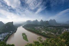 在yangshuo之下的蓝色石灰岩地区常见的地形地形天空 库存照片