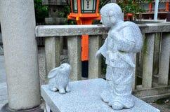 在Yasaka寺庙的雕塑人哺养的兔子 免版税图库摄影