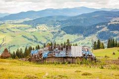 在Yasinya附近的被放弃的房子 喀尔巴阡山脉的山顶视图 免版税库存图片
