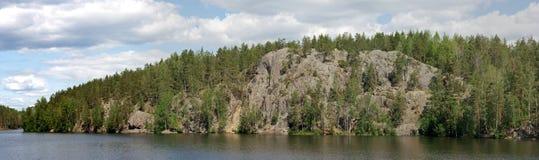 在Yastrebinoe湖,卡累利阿的全景岩石 库存照片