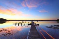 在Yattalunga澳大利亚的五颜六色的日落和水反射 免版税库存图片