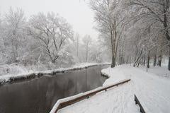 在Yauza河的美好的冬天场面 免版税库存照片