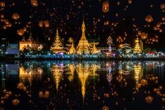 在yee彭节日的浮动灯在Wat崇公巴生和Wat崇公西康省寺庙 图库摄影
