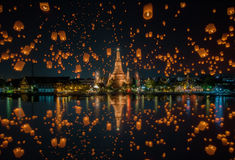 在yee彭节日的浮动灯在wat arun,曼谷 免版税库存照片