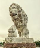 在Yelagin海岛的西部银行的狮子雕象 库存图片