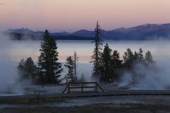 在Yellowstone湖的西部拇指的微明 免版税图库摄影