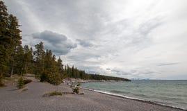 在Yellowstone湖银行的雨云在黄石国家公园在怀俄明美国 免版税库存照片