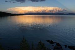 在Yellowstone湖Absaroka山的暴风云酿造 免版税图库摄影