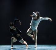 在yin和杨现代舞蹈之间的和谐 库存照片