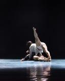 在yin和杨现代舞蹈之间的和谐 图库摄影