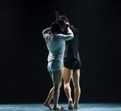 在yin和杨现代舞蹈之间的和谐 免版税库存照片