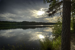 在YlA¤jA¤rvivi湖的日落 库存图片