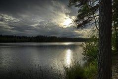 在YlA¤jA¤rvivi湖的日落 免版税图库摄影