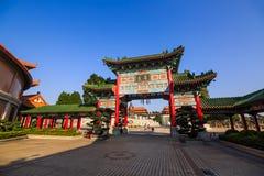 在Yuanxuan道士寺庙的中国式门 免版税库存图片