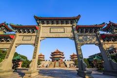 在Yuanxuan道士寺庙的中国式门 库存照片