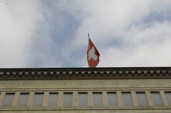 在ZÃ ¼富有的瑞士国家银行有在上面的瑞士旗子的 免版税库存图片