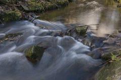 在Zabreh镇附近的Nemilka小河在秋天晚上 免版税图库摄影