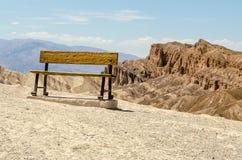 在Zabriskie点,死亡谷全国P的生锈的长凳 库存照片