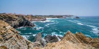 在Zambujeira附近的全景沿海看法毁损,肋前缘Vicentina,葡萄牙 免版税库存照片