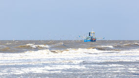 在Zandvoort附近的鱼拖网渔船 库存照片