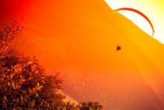 在Zar山Bielsko的滑翔伞飞行 库存照片