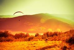 在Zar山Bielsko的滑翔伞飞行 免版税库存图片