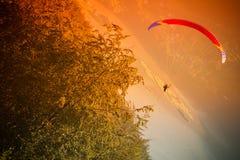 在Zar山Bielsko的滑翔伞飞行 免版税图库摄影