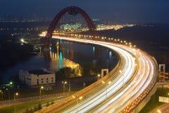 在Zhivopisny桥梁的夜视图是一座缆绳被停留的桥梁 免版税库存照片