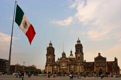 在Zocalo在大教堂附近,墨西哥城的大墨西哥国旗 库存照片