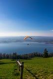 在Zug市、Zugersee和瑞士阿尔卑斯的滑翔伞 免版税库存图片