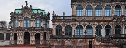在Zwinger宫殿和Residenzschloss (市政厅)的台阶 库存图片