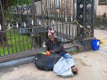 圭亚那,乔治城:一个无家可归的人-贫寒,但是愉快 免版税库存照片