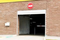 从地下停车处的离开 出口的门 障碍是闭合的 免版税库存图片