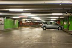 地下停车库内部停车 图库摄影