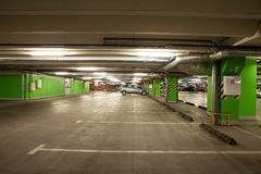 地下停车库内部停车 库存照片