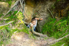 从地下墓穴的男孩攀登 免版税库存图片