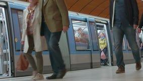 地下平台铁路,铁路地铁,地铁车站,德国都市城市速度铁路运输U-Bahn 股票录像