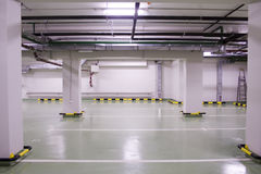 地下新的停车 库存照片