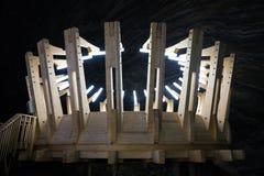 地下木结构在图尔达盐矿 免版税库存图片
