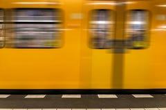 地下柏林地铁-移动黄色的火车-没人背景 免版税库存图片