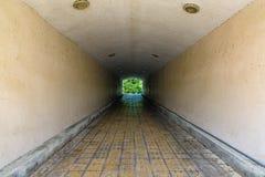 地下步行隧道通过天花板天花板曲拱 图库摄影