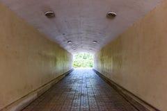 地下步行隧道通过天花板天花板曲拱 免版税库存照片